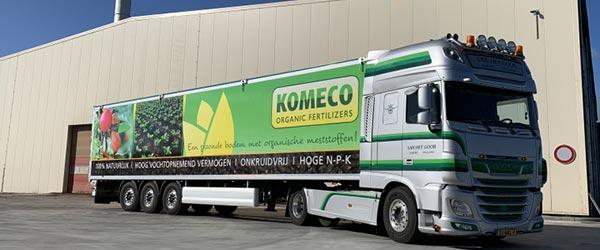 Beletterde vrachtwagen van Komeco